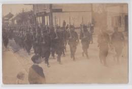 """Carte-photo Militaire - Défilé - Devanture """"Bar Du Camp"""" - A Situer - A Localiser - Postcards"""