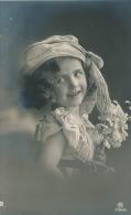 ENFANTS - LITTLE GIRL -  MAEDCHEN - Jolie Carte Fantaisie Portrait Fillette Romantique Et Fleurs - Portraits