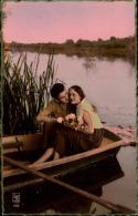 COUPLE SUR UNE BARQUE  L E PARIS  198 - Couples