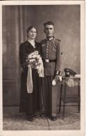 Carte Postale Photo Militaire Allemand En Uniforme-Insigne Régiment 2 ème Guerre-Tenue-Casquette-Fe Mme  Mariage- - Guerre 1939-45