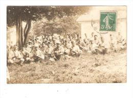 Carte Photo : Groupe De Soldats Assis Dans Un Parc - Lieu à Déterminer - Guerre 1914-18