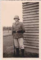 PHOTO ORIGINALE  39 / 45  WW2 WEHRMACHT SOLDAT ALLEMAND AVEC SON FUSIL TOUR DE FACTION - Krieg, Militär