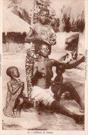 """Cpa  Togo , Femme Aux Seins Nus Se Faisant Coiffer """" Coiffeuse De Dames """" - Togo"""