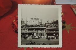 PHOTOGRAPHIE DES 24 HEURES DU MANS ANNEES 1950 OU DEBUT 1960 / PUB FIAT ESSO GULF / VOITURES DE COURSE ET ANIMATION - Automobili