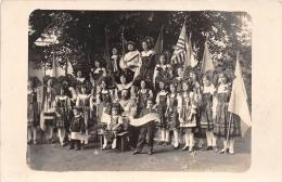 ��  -  Carte Photo non Situ�e d�un Groupe de Jeunes Alsaciennes avec des drapeaux Am�ricain   -  ��