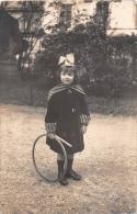 ��  -  Carte Photo non Situ�e  -  Petite Fille assise avec un Cerceau dans un Jardin  -  Enfant   -  ��