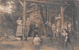 ��  -  Carte Photo non Situ�e  -  Groupe d'Enfants , Gar�ons et Filles sur une Balan�oire dans un Jardin    -  ��