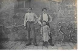 Deux Hommes Et Un Enfant à Côté D'une Vélo  - CARTE PHOTO - Men