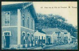 SÃO TOMÉ E PRINCIPE / ILHA DE S. TOMÉ Postal Uma Rua Da Vila Da Trindade. Lojas. Animado. Old Postcard - Sao Tome En Principe