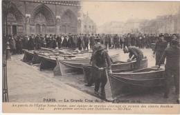 PARIS -LA GRANDE CRUE DE LA SEINE  JANVIER 1910 AU PARVIS DE L'EGLISE NOTRE DAME UNE EQUIPE - Alluvioni Del 1910