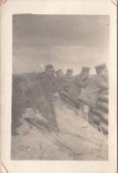 Photocarte Allemande-Soldats Allemands En Poste Dans Tranchée  (guerre 14-18)cassure Signalée En Rouge - Oorlog 1914-18