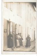 Plusieurs Personnes Le Long D'une Maison - CARTE PHOTO - Men