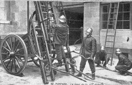 POMPIERS...LA BASE DE LA GRANDE ECHELLE  ...CPA ANIMEE OFFERTE PAR CHOCOLAT DE L´EURE (MENILLES) - Firemen