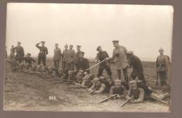CARTE PHOTO ALLEMANDE MILITAIRE CASQUE A POINTE POSITION DE TIR - Oorlog 1914-18