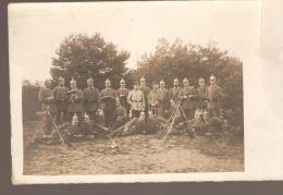 CARTE PHOTO ALLEMANDE MILITAIRE CASQUE A POINTE FUSIL LECTURE LIVRE VOIR SCAN - Oorlog 1914-18