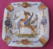 CENDRIER en porcelaine, au motif d�un oiseau, sign� D.M D�cor MOUSTIERS
