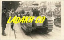 CARTE PHOTO DEFILE CHARS RENAULT # GUERRE 14-18 # 1° GUERRE MONDIALE # MILITAIRE - 1914-18