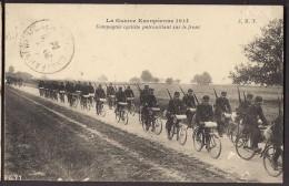 CPA GUERRE EUROPEENNE 1914 - Compagnie Cycliste Patrouillant Sur Le Front - Soldats Poilu à Vélo Fusil Paquetage - Oorlog 1914-18