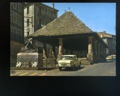 Langogne--La Halle Et Le Monument Aux Morts--Peugeot 404  Beau Plan--écrite 1972 - Langogne
