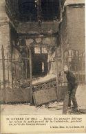 REIMS -- UN POMPIER Déblaye Les Ruines Du Petit Portail De La Cathédrale, Pendant Un Arret Du Bombardement - Reims