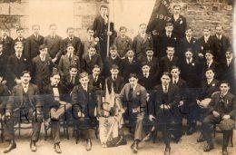 VIRE CARTE PHOTO MILITAIRE GUERRE 14 18  LES CONSCRITS DE LA CLASSE 1917 POSANT AVEC LE DRAPEAU - Vire