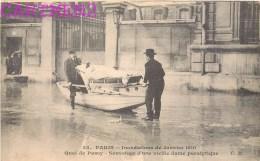 PARIS CRUE DE LA SEINE 1910 QUAI DE PASSY SAUVETAGE D'UNE VIEILLE DAME PARALYTIQUE INONDATIONS - Alluvioni Del 1910