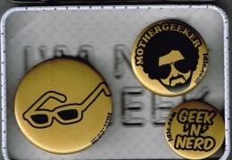 3 Pin´s GEEK Dans Leur Boîte Métallique (3 Scans) - Pins