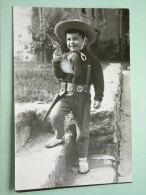 Young BOY Cowboy / Jongen Verkleed / Garçon ( Photocard ) Anno 1966 ( Zie Foto Voor Details ) !! - Yougoslavie