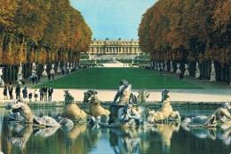 VERSAILLES ET SES MERVEILLES - Le Bassin D´Apollon : Le Tapis Vert, Au Fond, Le Bassin De Latone Et Le Château - 2 Scans - Versailles (Château)