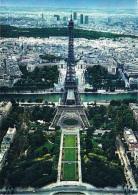 PARIS - La Tour Eiffel : à L'arrière-plan Le Palais De Chaillot Et Le Tours Du Quartier De La Défense - Circulée En 1980 - Tour Eiffel
