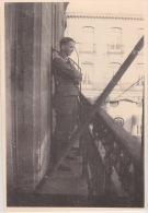PHOTO ORIGINALE  39 / 45  WW2  WEHRMACHT FRANCE  NANTES OFFICIER ALLEMAND SUR UN BALCON DU CENTRE VILLE - War, Military