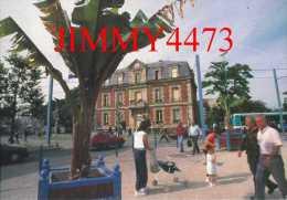 CPM - BOBIGNY 93 Seine Saint Denis - Place De La Ibération Bien Animée - Photo Serge Barthe -  Edit. BONJOUR - Bobigny