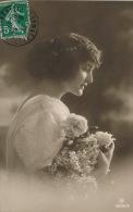 FEMMES - FRAU - LADY - Jolie Carte Fantaisie Portrait Jeune Femme Romantique Et Fleurs - Women