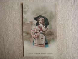 CP Enfant. Fleurs, Baisers Et Souhaits D´Alsace. 1915 Pour Alzonne. Cachet Pointillés. Voir Photos. - Costumes
