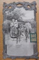 CALENDRIER Ancien - 1931 - Gaufré, Découpi Avec éphémédide Agrafé - Jeune Paysanne Avec Son Bébé, Sa Vache Et Son Veau - Calendars