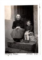 Suisse - Martigny - 1942 - Photo Originale - Fillette Avec Sa Grand Mère - Format 8.7 X 6.2 Cm - Plaatsen