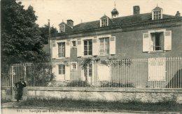 SAVIGNY SUR BRAYE - Château De Valgai Homme Devant La Grille - France