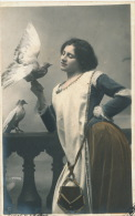 FEMMES - FRAU - LADY -  Jolie Carte Fantaisie Femme Et Pigeon - Femmes