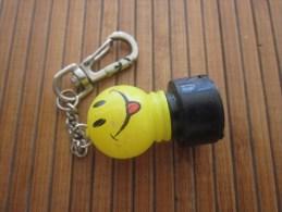 Porte-clés -Porte-clefs Publicitaire -- Emoticon Smaïley à Pile Plate -- Expression Qui Tire La Langue!! - Porte-clefs