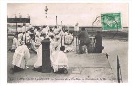 SAINT - VAAST - LA - HOUGUE . Processionde La Fête - Dieu , La Bénédiction De La Mer . - Saint Vaast La Hougue