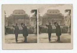 Vichy (03) : Photo Double GP D´un Agent De Police Indiquant Le Chemin Près Du Casino En 1910 (animé) CP PHOTO RARE. - Vichy