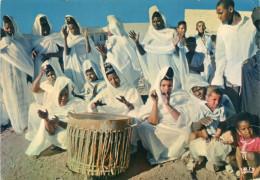 Cpm Mauritanie, Séance De Tam-tam Par Un Groupe De Femmes    (28.106) - Danses