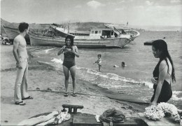 41Dd Patrick Frilet Philippines Marine Americain Et J. Filles Pilipinos Plage De Subic Boat People Derriere Tirag. 500ex - Philippines
