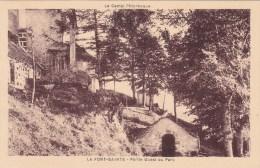 CPA 15 @ CHEYLADE @ La Font Sainte - Partie Ouest Du Parc - Le Petit Oratoire à La Fontaine @ Le Cantal Pittoresque - France