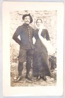Carte Photo. Militaire Avec Béret Et Femme. - Krieg, Militär