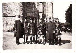 PETITE PHOTO DE MILITAIRES OU GENDARMES A BARBONNE EN OCTOBRE 1939 TOUS NOMMES AU DOS AVEC CERTAINS UNE CROIX  DECEDES - Ohne Zuordnung