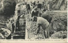 POINTE DU RAZ.   Petit Port De Bestrée. Préparatifs Pour La Pêche Des Langoustes - Otros Municipios