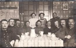 Photocarte Allemande- Militaires Soldats Allemands Femmes Prennent Le Café  (guerre14-18) - Patriotic