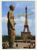{45623} 75 Paris , La Tour Eiffel Et La Statue En Feme Drapée De Cornet ; Animée - Eiffelturm