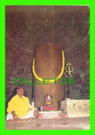 NEW DELHI, INDIA - MATANGESHWARA TEMPLE IS LARGLY COVERED BY AN EMORMOUS POLISHED LINGA - INDICA CARDS - Inde